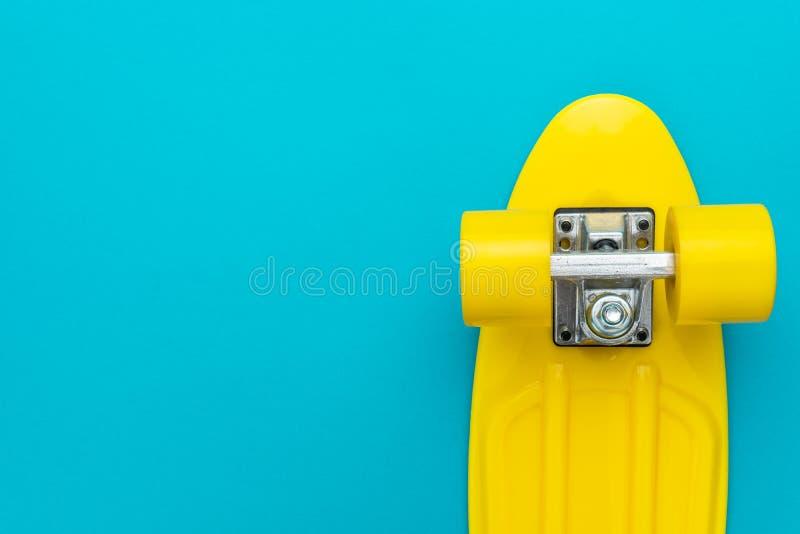 Minimalistycznego mieszkania nieatutowa fotografia krążownika deskorolka nad turkusowego błękita tłem fotografia stock