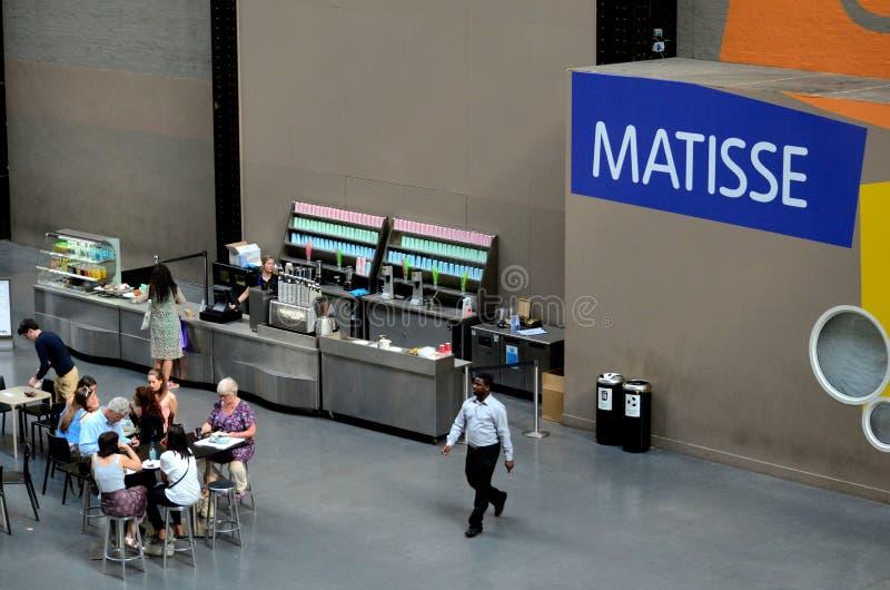 Minimalistyczny sklep z kawą z miejsca siedzące wśrodku tate modern galerii sztuki Londyn Anglia fotografia stock