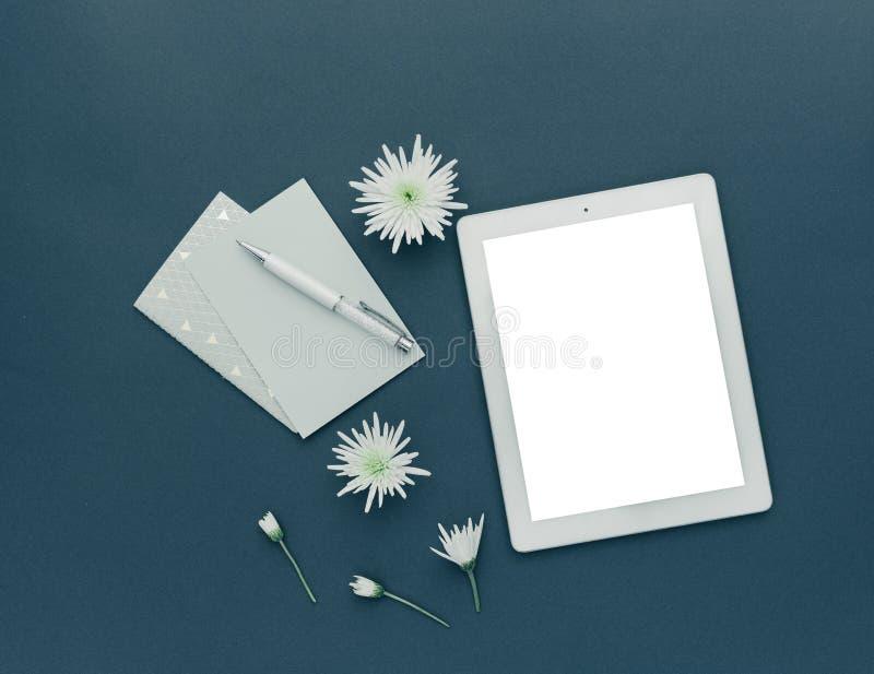 Minimalistyczny workspace Pastylka z wiosną kwitnie na pastelowym tle zdjęcia royalty free