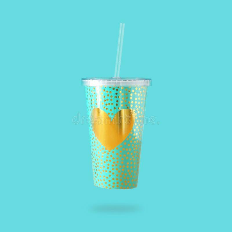 Minimalizmu pojęcie nowa plastikowa filiżanka z złocistą kierową dekoracją dla sodowanego lub zimnego napoju z pić słomę zdjęcia royalty free