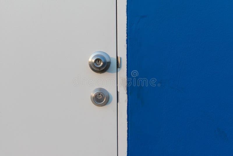 Minimalizmu styl, błękita drzwi, ścienny i biały zdjęcia stock