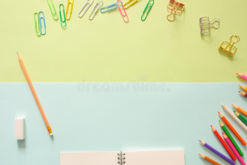 Minimalna pracy przestrzeń - Kreatywnie mieszkania nieatutowa fotografia workspace biurko z sketchbook i drewniany ołówek na kopi zdjęcia royalty free
