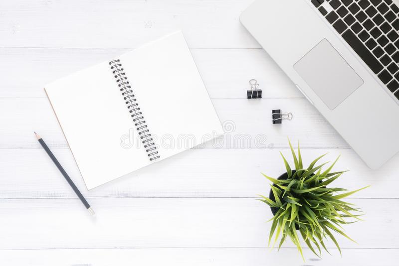 Minimalna pracy przestrzeń - Kreatywnie mieszkania nieatutowa workspace biurko fotografia Odgórnego widoku biurowy biurko z lapto zdjęcie royalty free