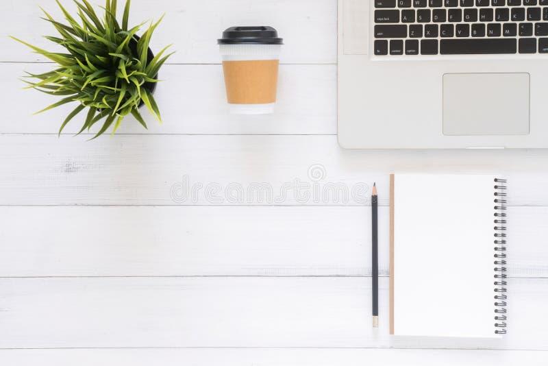 Minimalna pracy przestrzeń - Kreatywnie mieszkania nieatutowa workspace biurko fotografia Odgórnego widoku biurowy biurko z lapto obraz stock