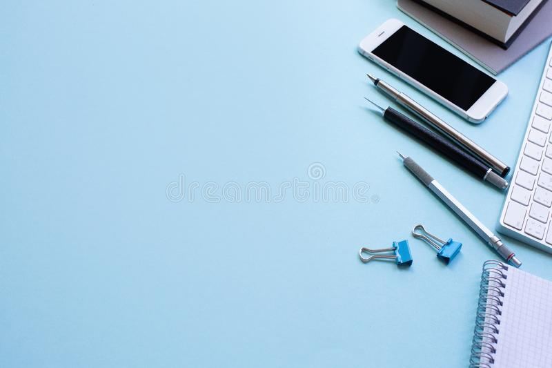Minimalna pracy przestrze? - Kreatywnie mieszkania nieatutowa workspace biurko fotografia Odgórnego widoku biurowy biurko z lapto zdjęcie stock