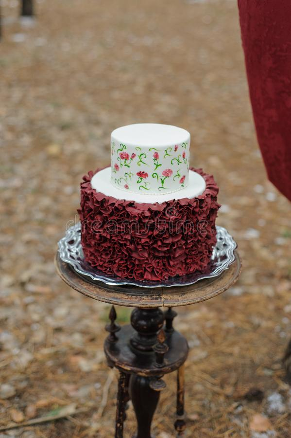 Minimalny ślubny tort dla dzień ślubu Ślubny tort dla państwa młodzi na dzień ślubu obraz stock