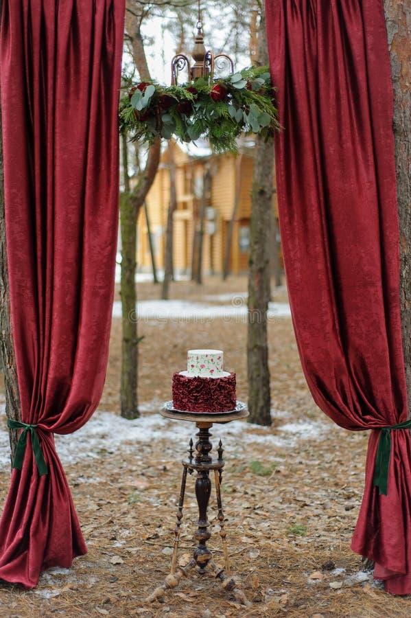 Minimalny ślubny tort dla dzień ślubu Ślubny tort dla państwa młodzi na dzień ślubu zdjęcie royalty free