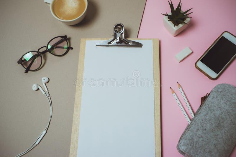 Minimalny domowy biurka workspace z schowkiem, pióro, kawowy kubek na p obrazy stock