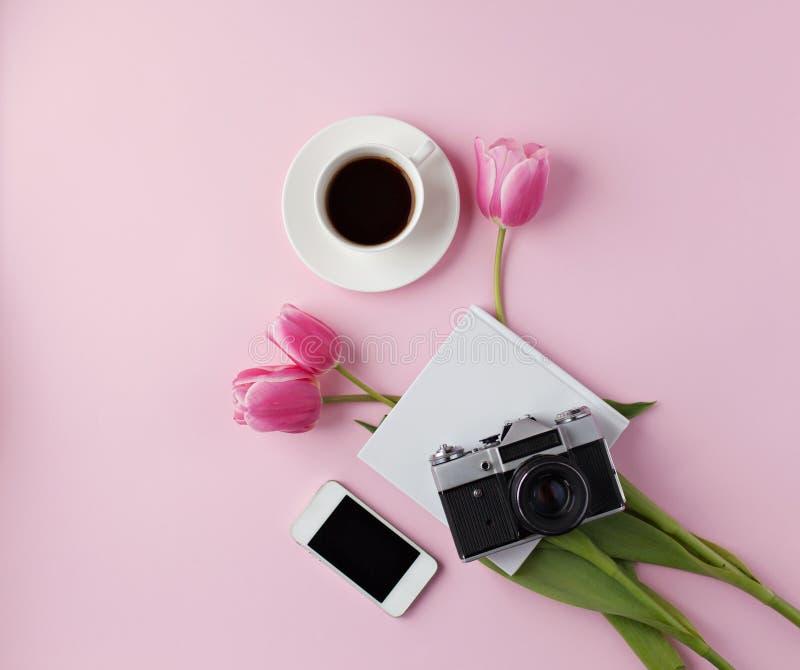 Minimalny kobiecy domowy desktop na różowym tle obraz royalty free