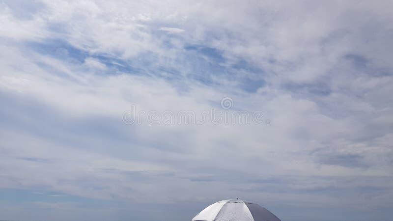 Minimalny lato krajobraz z wierzchołkiem srebny koloru parasol obraz royalty free