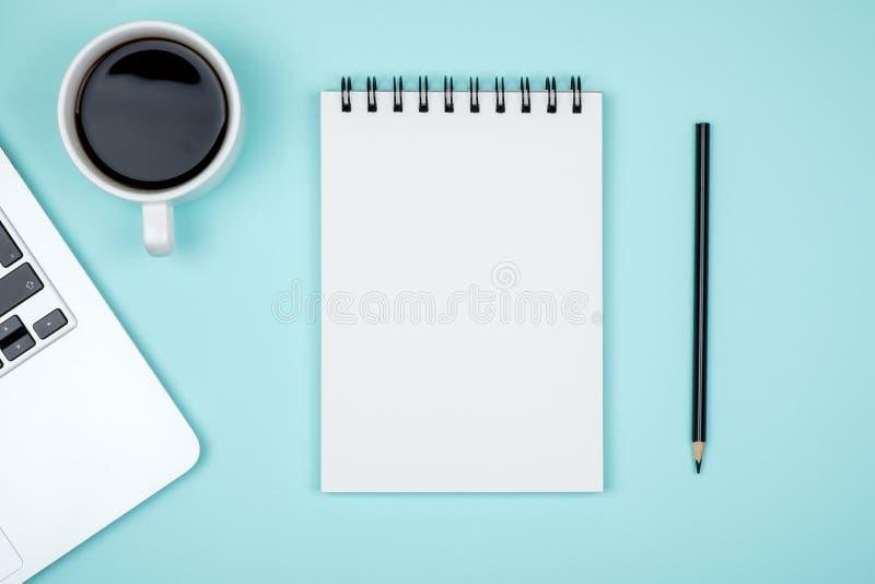 Minimalny miejsce pracy z laptopem i pustego miejsca notepad zdjęcie royalty free