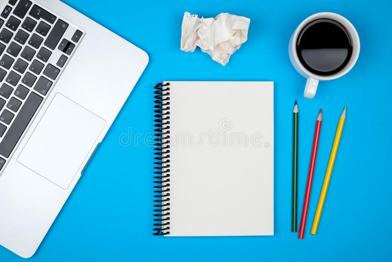 Minimalny miejsce pracy z laptopem i pustego miejsca notepad obrazy royalty free