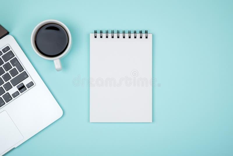 Minimalny miejsce pracy z laptopem i pustego miejsca notepad obrazy stock