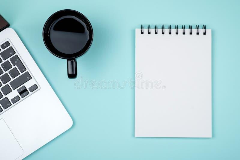 Minimalny miejsce pracy z laptopem i pustego miejsca notepad obraz royalty free