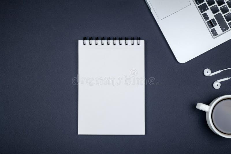 Minimalny miejsce pracy z laptopem i pustego miejsca notepad fotografia stock
