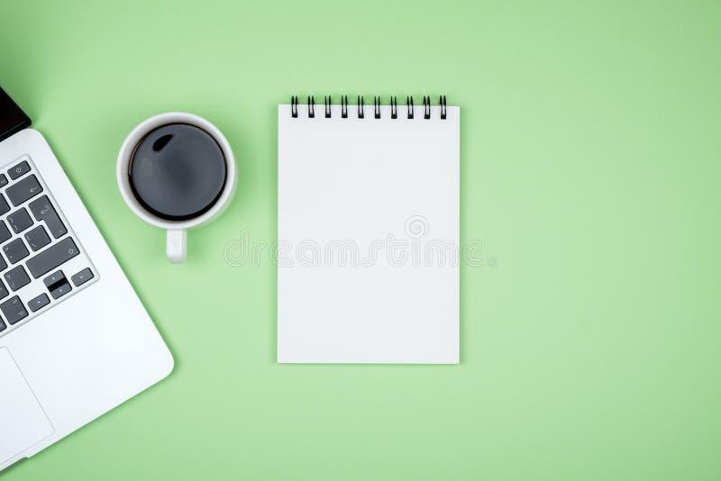 Minimalny miejsce pracy z laptopem i pustego miejsca notepad obraz stock