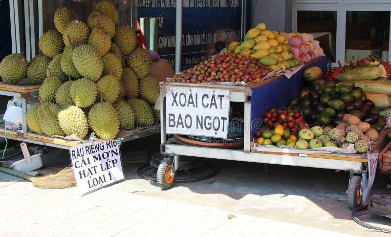 Minimarket ställning med frukter på gatan saigon royaltyfria bilder