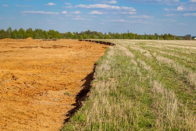 mining Hoyo de arena en el campo agrícola anterior foto de archivo
