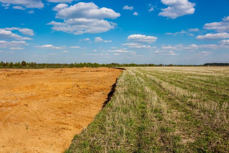 mining Hoyo de arena en el campo agrícola anterior fotos de archivo libres de regalías