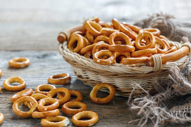 Miniongezuurde broodjes met zout royalty-vrije stock afbeeldingen