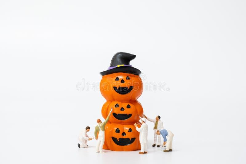 Minipersoner som färgar Halloween-partigrupper royaltyfri foto