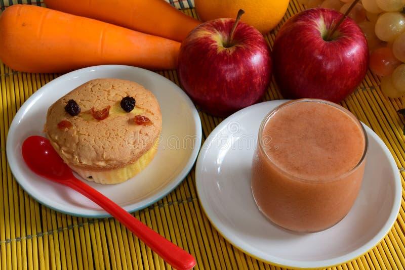 Minipfundkuchen und Saft lizenzfreies stockfoto