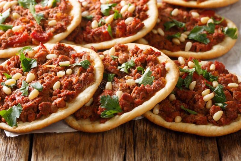 Minipizza arabische Nahrung-Esfiha mit Fleisch- und Kiefernnussnahaufnahme horizontal lizenzfreie stockbilder