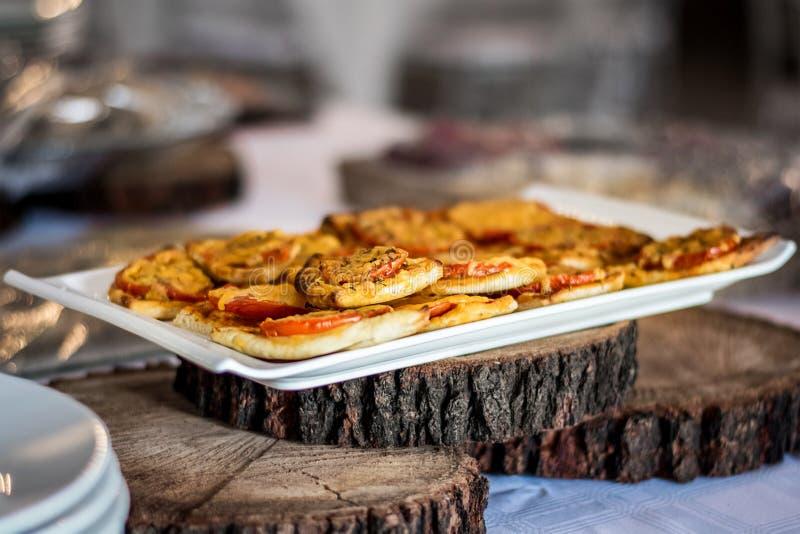 Minipizza backt Servierplatte lizenzfreie stockfotos