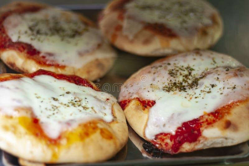 Minipizza met ham, mozarella, tomatensaus van de oven in bakkerijwinkel van Catanië, Sicilië, Italië royalty-vrije stock afbeeldingen