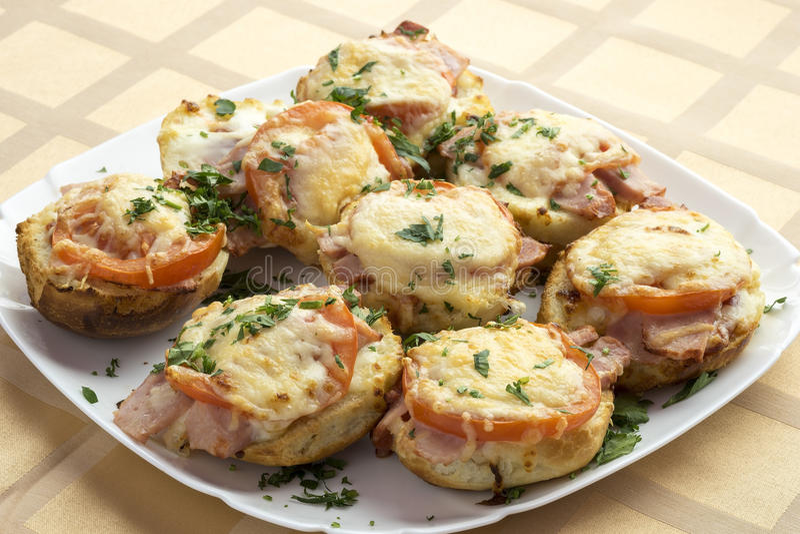 Minipizza's van broodjes met ham en kaas royalty-vrije stock fotografie