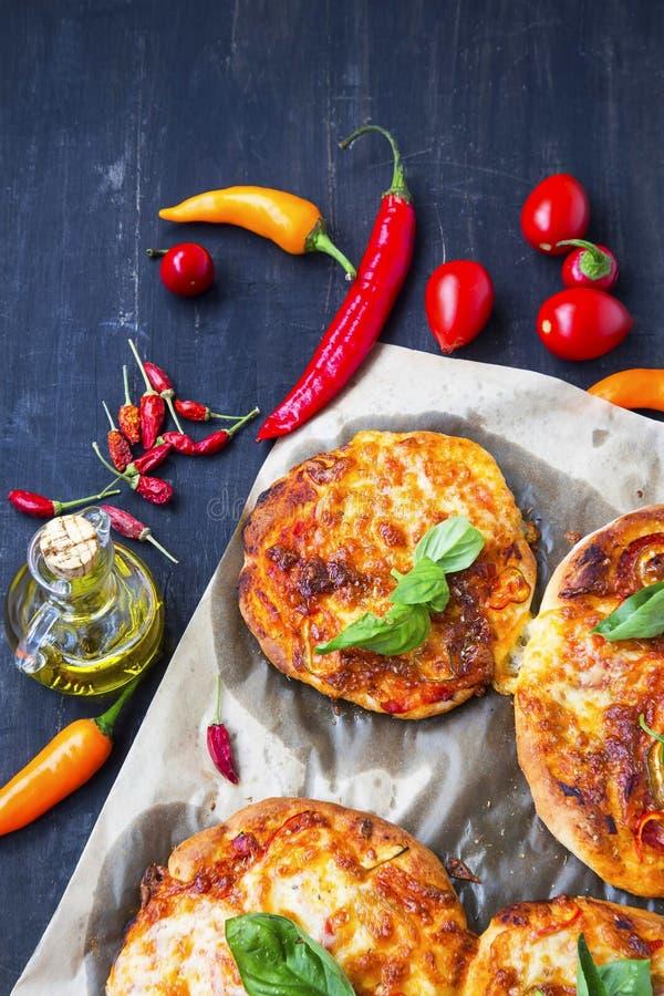 Minipizza'ssnacks met kaas, mozarella, kruiden en basilicum leav stock foto