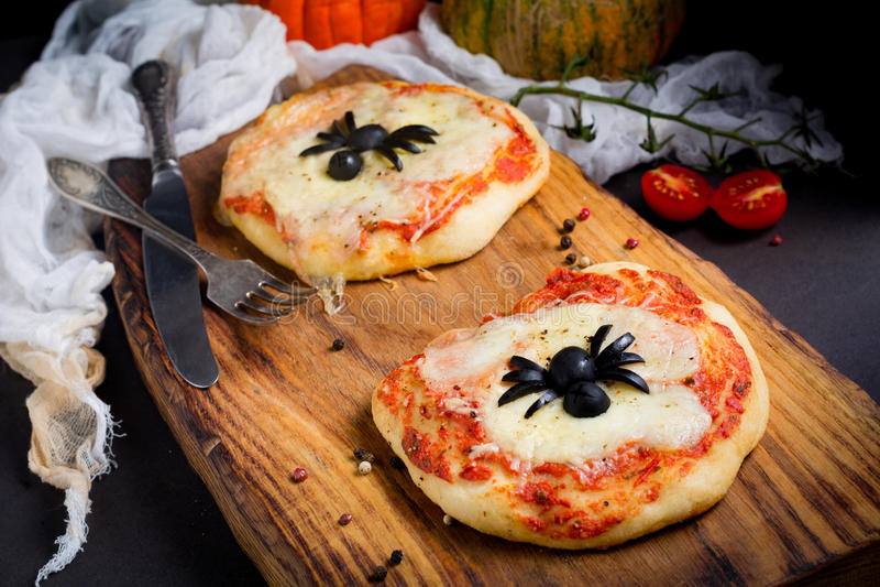Minipizza voor jonge geitjes stock afbeelding