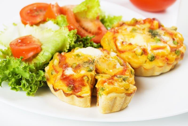Miniquiche mit Gemüse stockfoto