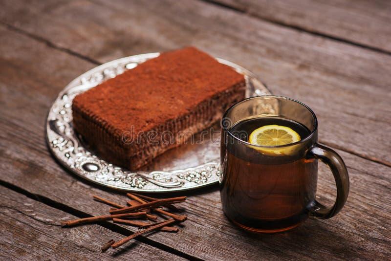 Minischokoladenkuchen mit Sahne und Zitronentee lizenzfreies stockbild