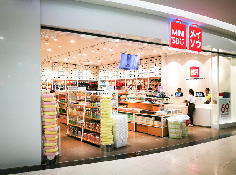 Miniso shoppar i Thailand royaltyfria bilder
