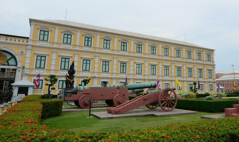 Ministério do edifício da defesa em Banguecoque, Tailândia imagem de stock