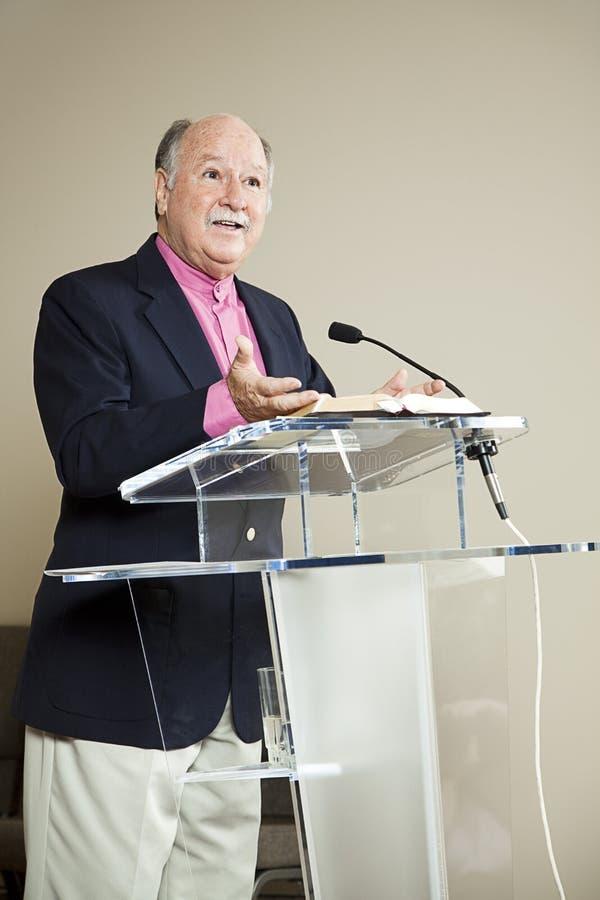 Minister bij de Preekstoel stock afbeeldingen