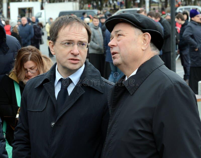 Minister für Kultur der Russischen Föderation Vladimir Medinsky und Kaluga-Regions-Gouverneur Anatoly Artamonov an der Öffnung vo lizenzfreies stockbild