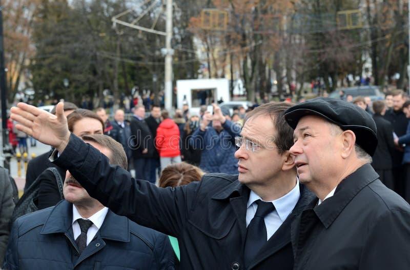 Minister für Kultur der Russischen Föderation Vladimir Medinsky und Kaluga-Regions-Gouverneur Anatoly Artamonov an der Öffnung vo lizenzfreies stockfoto