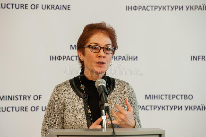 Minister infrastruktura Ukraina i USA Ambassador w Ukraina podpisywał memorandum zdjęcie royalty free