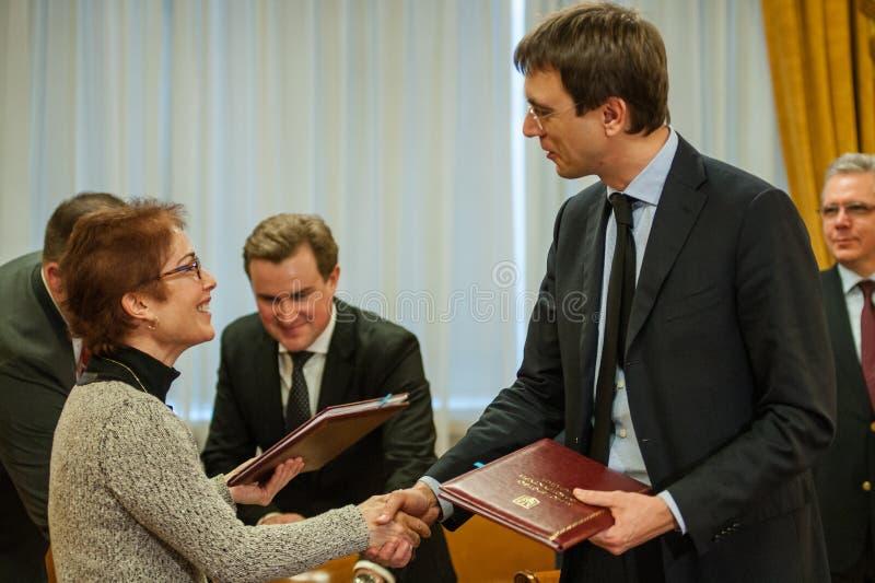 Minister infrastruktura Ukraina i USA Ambassador w Ukraina podpisywał memorandum na współpracy w polu zmniejszać obraz stock