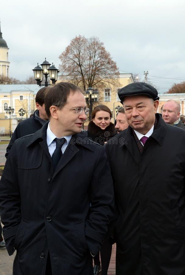 Minister van Cultuur van de Russische Federatie Vladimir Medinsky en Kaluga-de Gouverneur Anatoly Artamonov van het Gebied bij he royalty-vrije stock foto's
