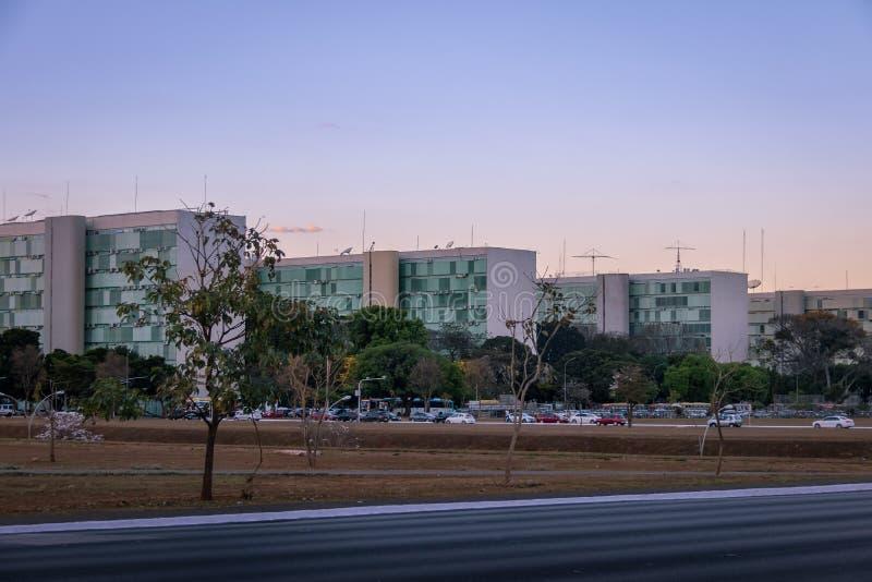 Ministerie gebouwen bij Promenade van Ministeries bij zonsondergang - de bureaus van ministeries - Brasilia, Federale Distrito, B royalty-vrije stock afbeeldingen