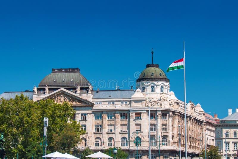Ministerie van binnenland van Hongarije met Hongaarse Nationale vlag royalty-vrije stock afbeeldingen