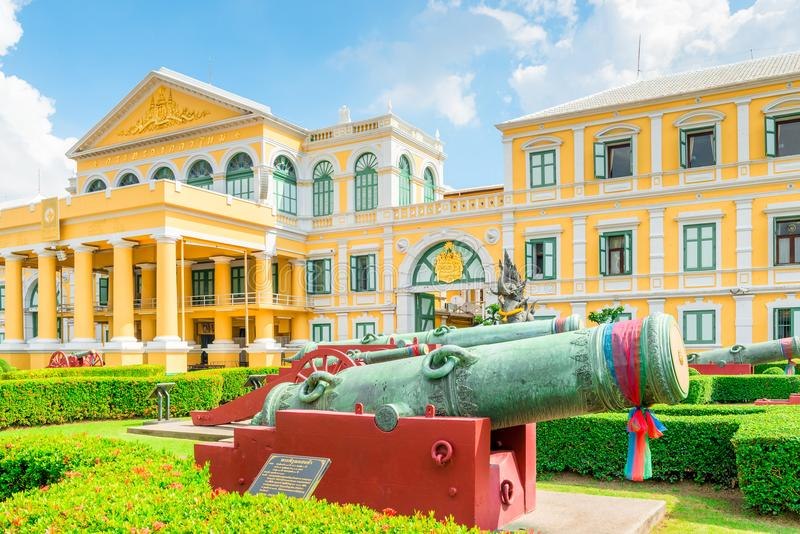 Ministerie van Defensie architectuur in geel, in een kanonpark binnen royalty-vrije stock afbeelding
