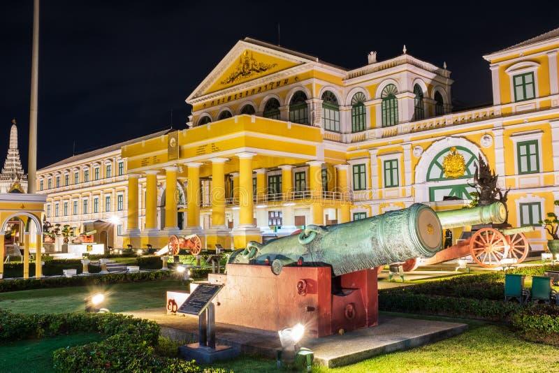 Ministerie van Defensie en Oude Artillerie voor het Ministerie van nacht in Bangkok, Thailand royalty-vrije stock afbeelding