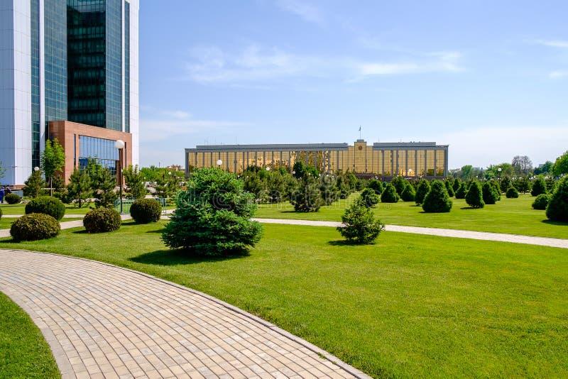 Ministerie van Financiën in voorgrond en Overheids de bouw in Tashkent stock foto's