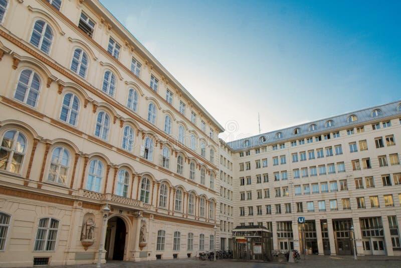 Ministerie in Wenen, Oostenrijk, op Minoritenplatz royalty-vrije stock fotografie