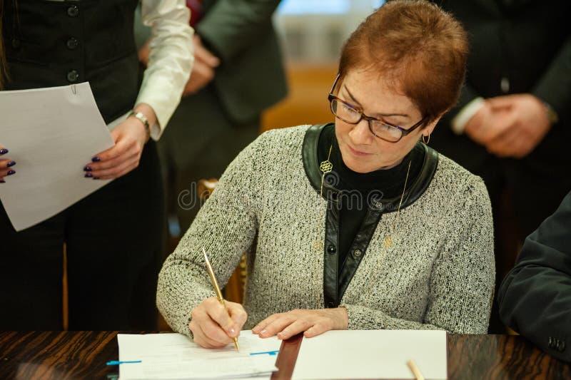 Ministern av infrastruktur av Ukraina och USA-ambassadören i Ukraina undertecknade en anteckning fotografering för bildbyråer