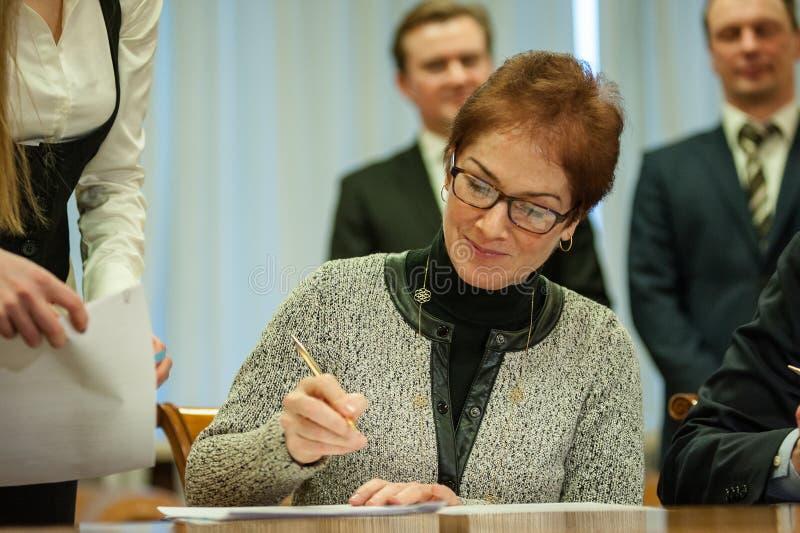 Ministern av infrastruktur av Ukraina och USA-ambassadören i Ukraina undertecknade en anteckning arkivfoto